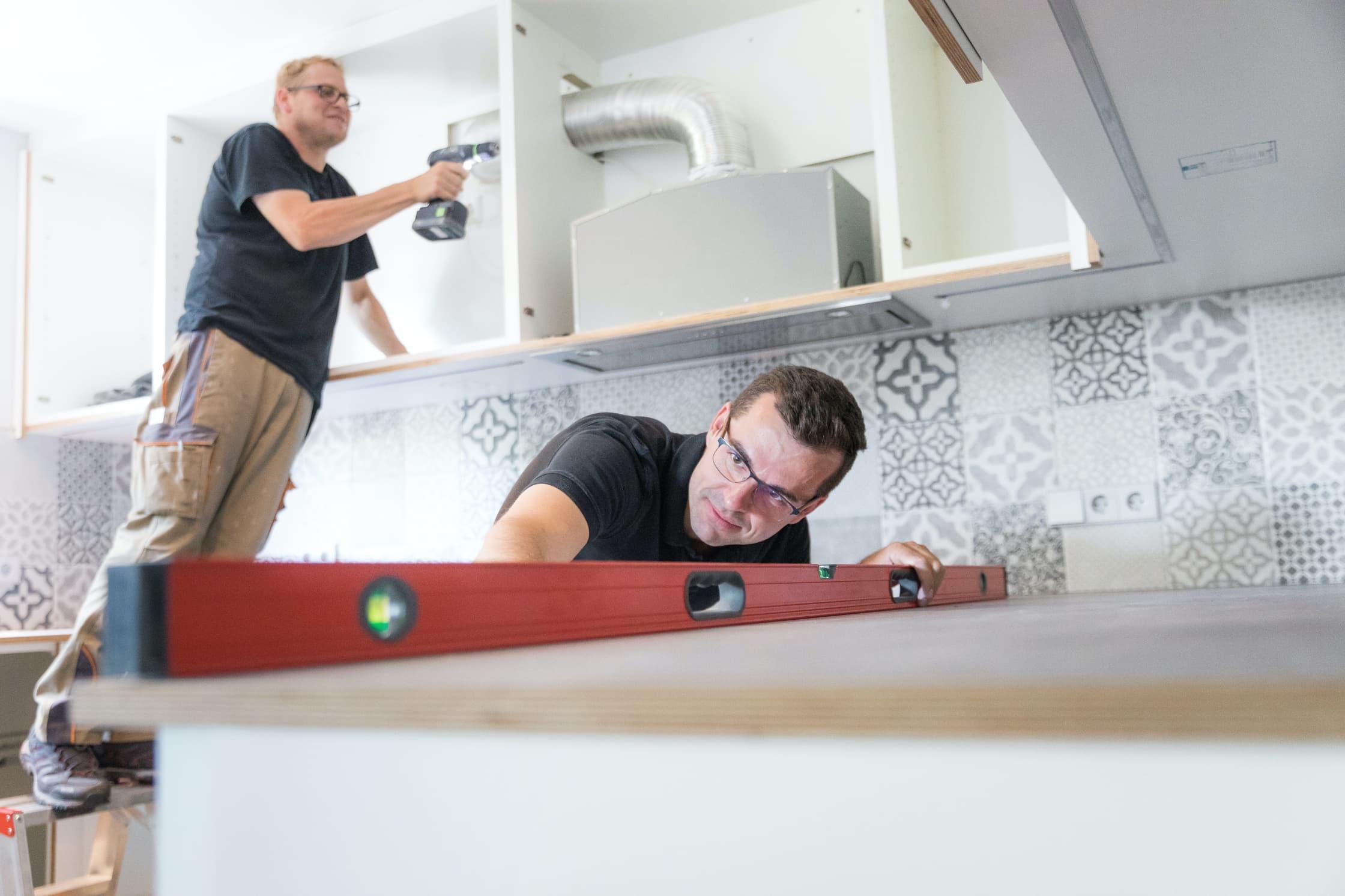 NR Schreiner beim Ein- und Aufbau Ihre Küche