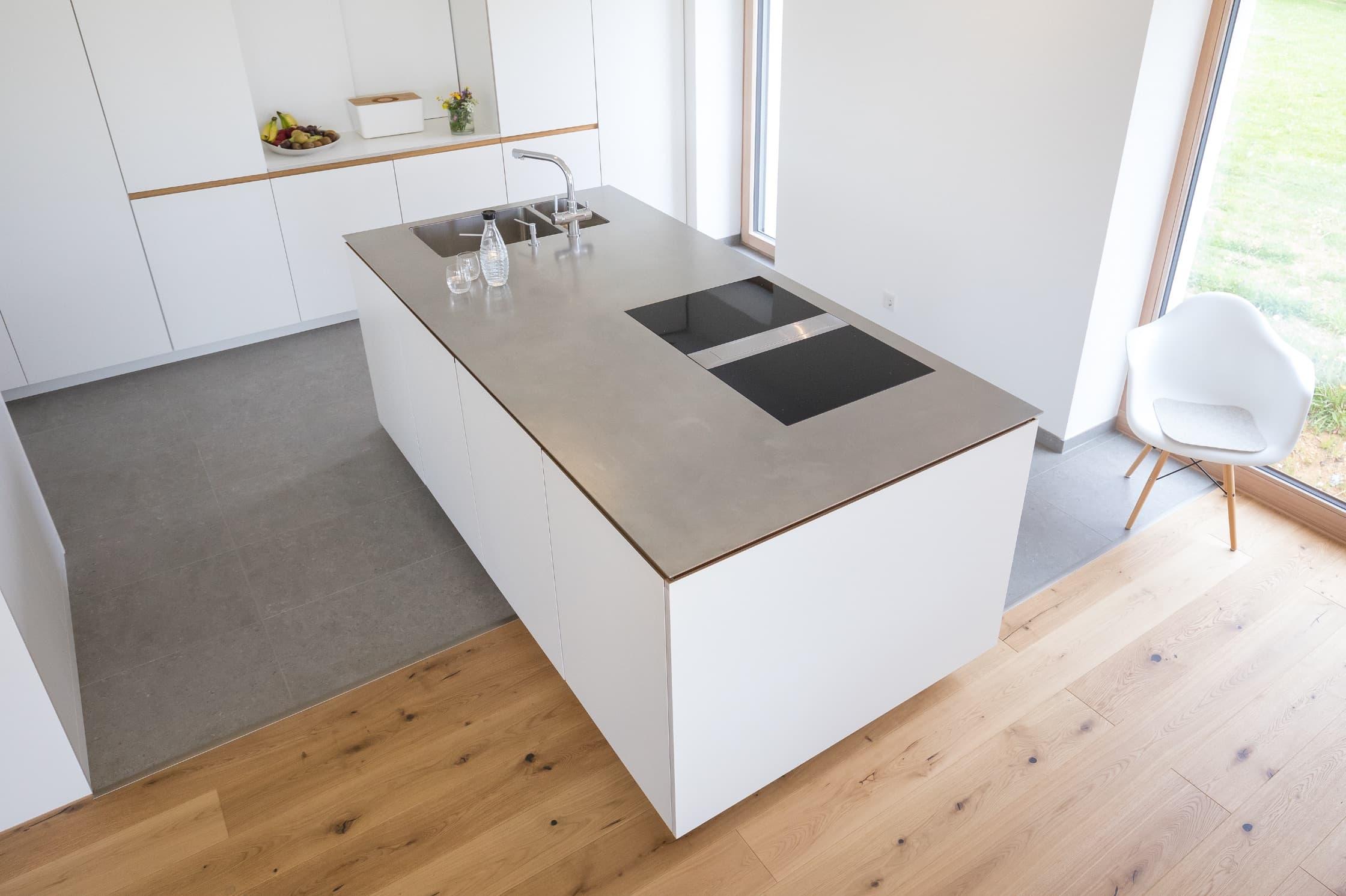 Arbeitsplatte einer modernen Küche von NR Küchen