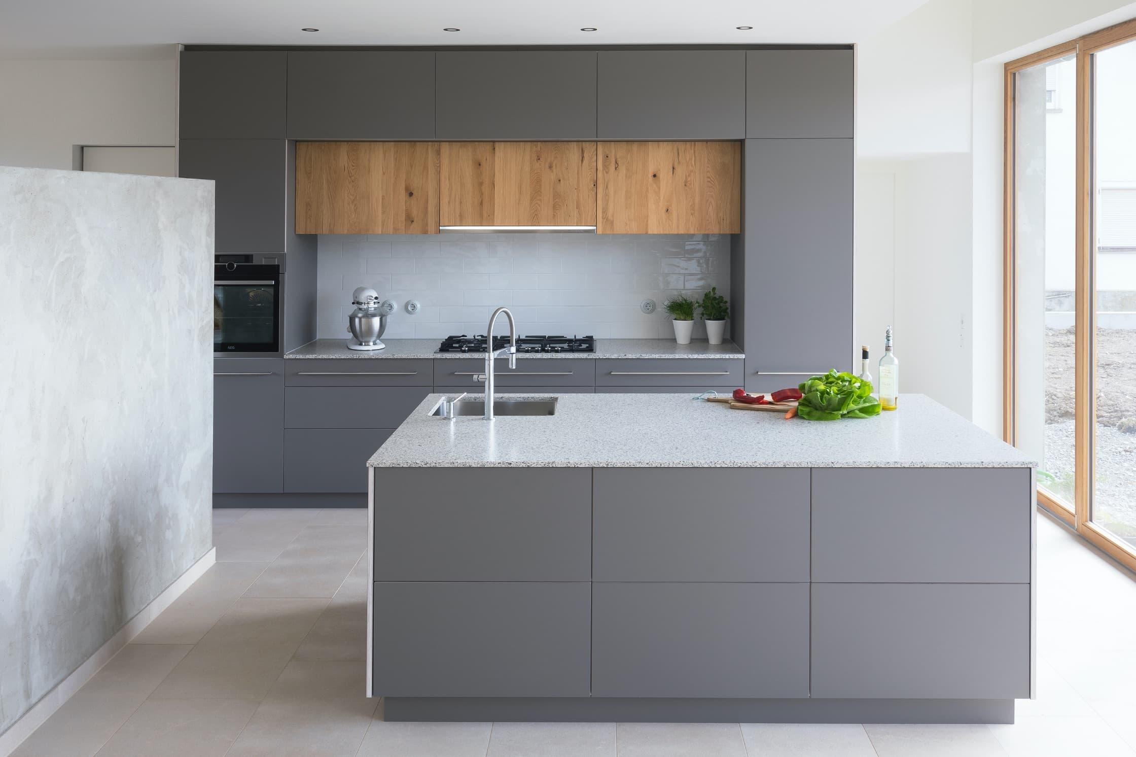 Eine graue Küche