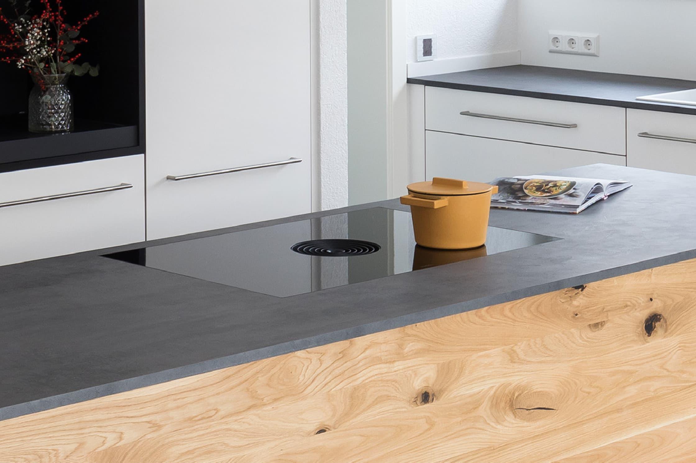 Eine Küche mit einem BORA Kochfeld