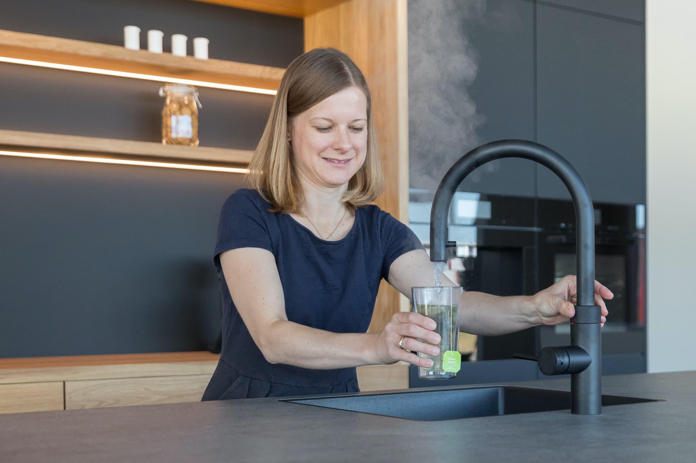 Eine Küche mit einem Quooker Wasserhahn